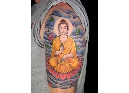 英国女游客臂上佛像纹身图案