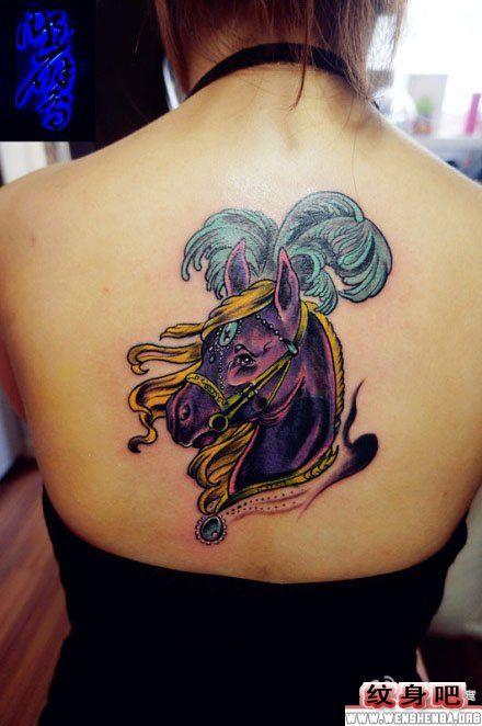 女生后背马纹身图片