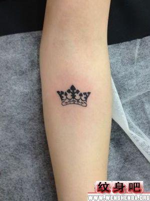 女生手臂图腾皇冠纹身图案