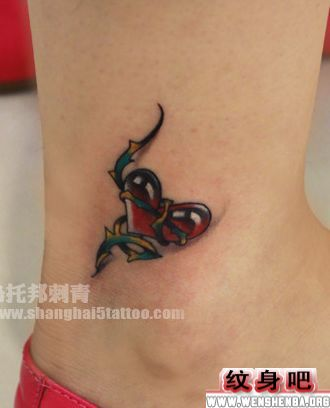 女生爱心藤蔓脚部纹身图案