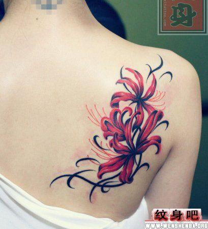 女生肩背彼岸花纹身图案
