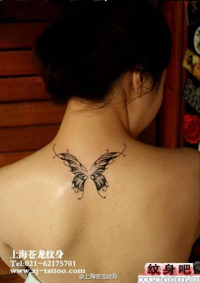 女性蝴蝶背部纹身图案