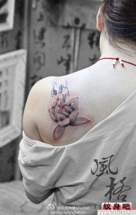 女人莲花肩部纹身图片