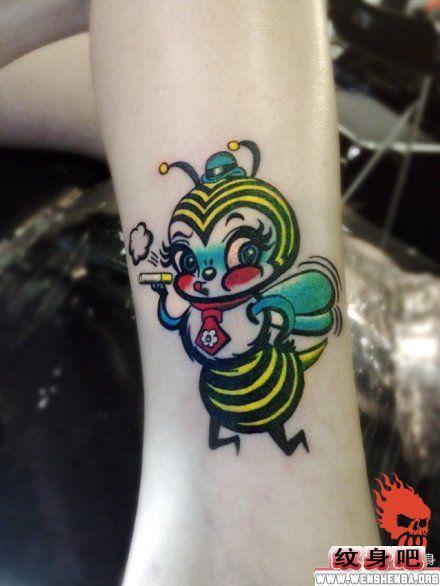 腿部小蜜蜂纹身图