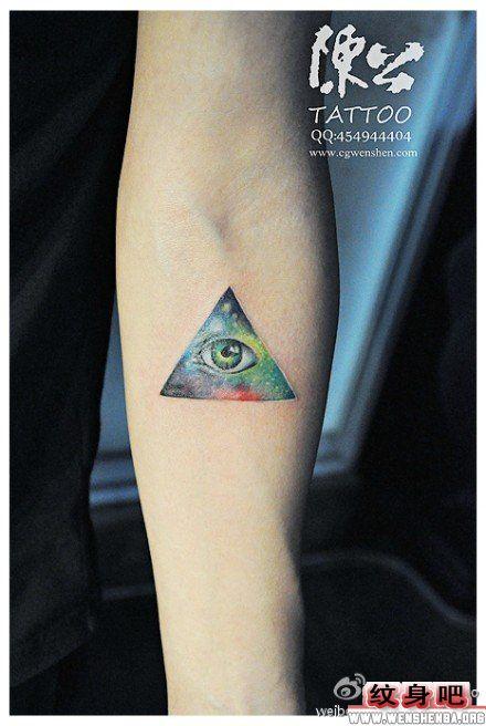 手臂星空全视之眼纹身图案
