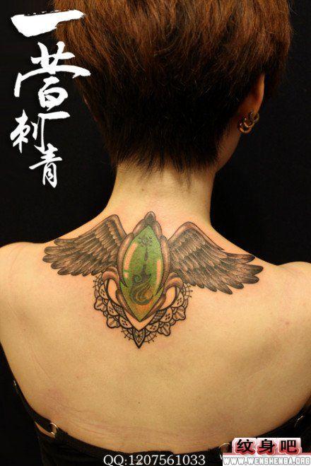 美女颈部翅膀纹身图案
